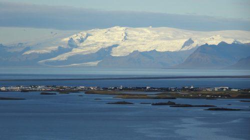 Höfn y detrás el Hvannadalshnjúkur, pico más alto de Islandia