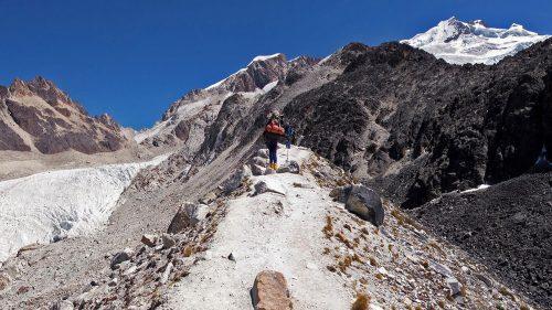 Caminando por la morrena del glaciar del Huayna Potosí