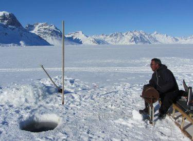 Pescando sobre el mar helado