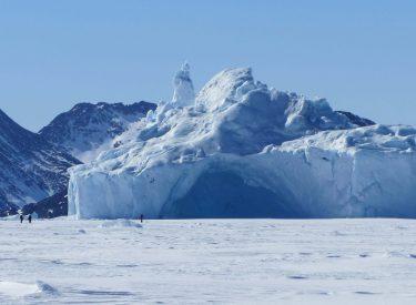 Iceberg atrapado en el mar helado