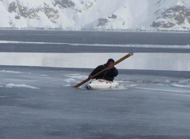 Cazador inuit con su kayak