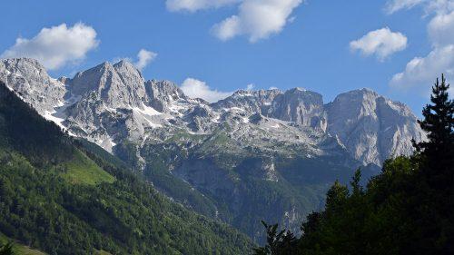 Montañas sobre Valbonë