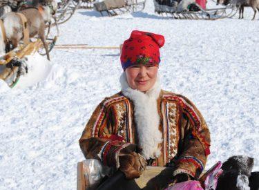 Mujer nenet con sus atuendos tradicionales
