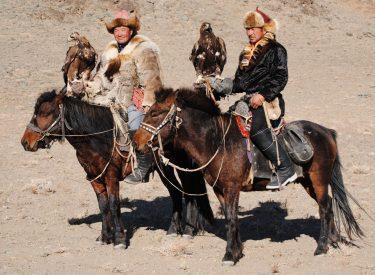 Cazadores kazajos a caballo