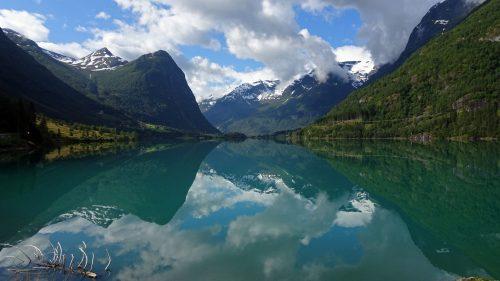 Montañas y reflejos