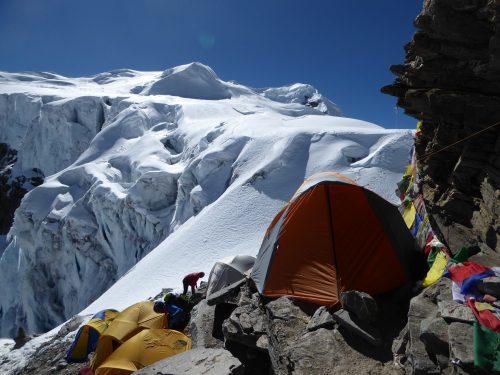 Campo Alto, al fondo las cumbres del Mera Peak