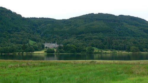 Lago y castillo