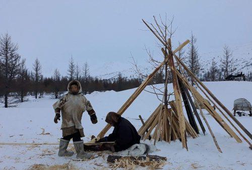 Nenets trabajando la madera