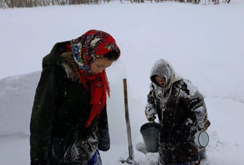 Nenets recogiendo agua