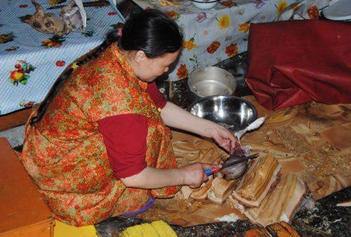Mujer nenet preparando la comida