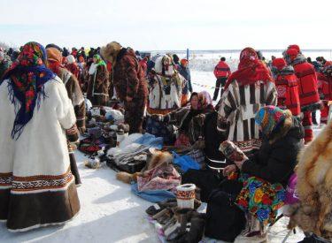 Mujeres nenet vendiendo sus productos en el Festival del Día del Pastor en Salekhard