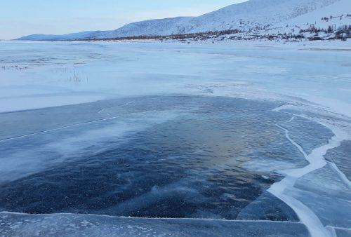 Río helado de las Montañas Urales Polares
