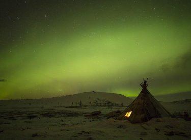 Aurora boreal sobre el chum. © Esteve Serra