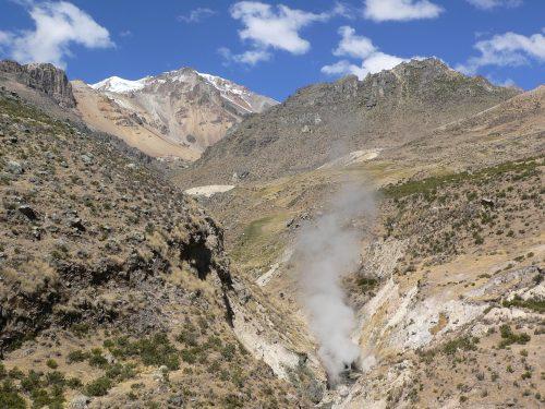 Geiser de Pinchollo y volcán Hualca Hualca