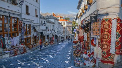 Calle comercial en Gjirokastër