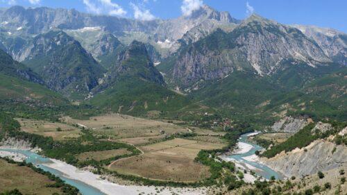 Maja Nemerçka y valle del río Vjosa, río que nace en Pindo (Grecia)