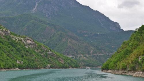 Navegando por el Lago Koman