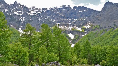 Paredes y crestas rocosas del valle de Valbonë